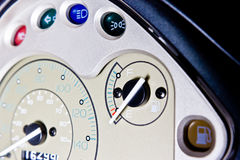 Chiuda sul cruscotto del motociclo, fuoco sull'indicatore del carburante vuoto Fotografia Stock