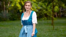 Chiuda sul dancing bavarese della ragazza stock footage