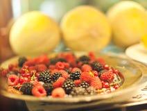 Chiuda sul dettaglio del vassoio del metallo di frutta, di mora e di lampone fotografie stock