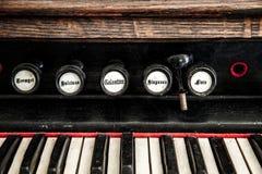 Chiuda sul dettaglio dell'organo della chiesa Immagine Stock