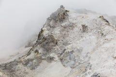 Chiuda sul dettaglio della valle dell'inferno di Noboribetsu Jigokudani: La valle del vulcano ha ottenuto il suo nome dall'odore  immagini stock