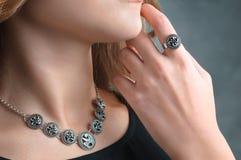 Chiuda sul dettaglio di un anello su un modello femminile della mano - immagine di un  Fotografia Stock