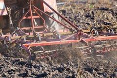 Chiuda sul dettaglio di un aratro agricolo nell'azione Fotografie Stock Libere da Diritti