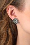 Chiuda sul dettaglio di un earing su un modello femminile Fotografia Stock