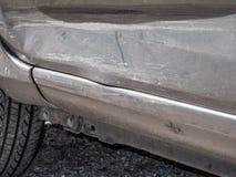 Chiuda sul dettaglio di una porta ammaccata dell'autista da un incidente stradale o da un incidente di automobile Immagini Stock Libere da Diritti