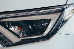 Chiuda sul dettaglio su uno dell'automobile moderna dei fari del LED immagine stock
