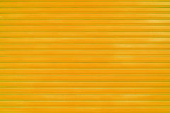 Chiuda sul fondo arancio di struttura della porta dello scorrevole della lamina di metallo Immagini Stock