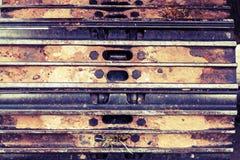 Chiuda sul frammento del trattore a cingoli e sporchi il fondo Fotografie Stock Libere da Diritti