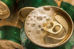 Chiuda sul freddo può la birra con schiuma Immagine Stock