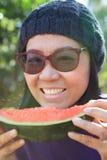 Chiuda sul fronte della giovane donna con uso dell'anguria del cibo per la merce Fotografie Stock Libere da Diritti