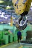 Chiuda sul gancio della gru per la gru a ponte in fabbrica Immagine Stock Libera da Diritti