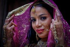Chiuda sul giovane modello indù della donna della bella ragazza indiana con kund Immagini Stock