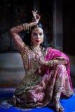 Chiuda sul giovane modello indù della donna della bella ragazza indiana con kund Immagini Stock Libere da Diritti
