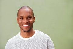 Chiuda sul giovane uomo di colore sorridente contro fondo verde Fotografia Stock Libera da Diritti