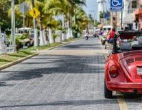 Chiuda sul lato dell'automobile rossa parcheggiata di cabrio Immagini Stock