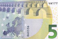 Chiuda sul macro dettaglio della quinta euro banconota dei soldi Fotografie Stock Libere da Diritti