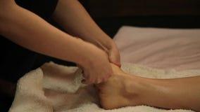 Chiuda sul massaggio del piede in studio tailandese massaggio tailandese tradizionale o trattamento tailandese di massaggio di yo video d archivio