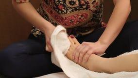 Chiuda sul massaggio del piede in studio tailandese massaggio tailandese tradizionale o trattamento tailandese di massaggio di yo archivi video