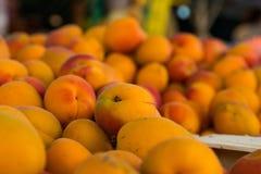 Chiuda sul mazzo Peaches Local Food Market variopinta Immagini Stock Libere da Diritti