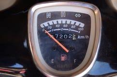 Chiuda sul metro di velocità del motociclo Fotografie Stock Libere da Diritti