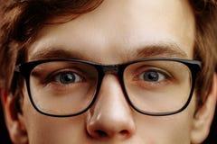 Chiuda sul mezzo fronte del maschio biondo bello con gli occhi azzurri gentili fotografia stock