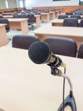Chiuda sul microfono sul corridoio di conferenza del fondo Immagine Stock