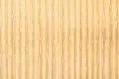 Chiuda sul modello di struttura del fondo barrato stuoia di bambù marrone beige Fotografia Stock