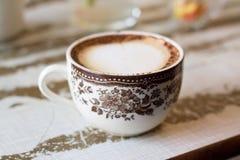 Chiuda sul motivo rosa della tazza di caffè d'annata Fotografia Stock