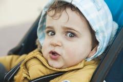 Chiuda sul neonato sveglio del ritratto che esamina la macchina fotografica con il grande g Immagini Stock Libere da Diritti