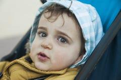 Chiuda sul neonato sveglio del ritratto che esamina la macchina fotografica con il grande g Fotografia Stock Libera da Diritti