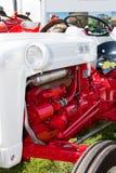 Chiuda sul particolare del trattore rosso e bianco dell'annata Fotografie Stock