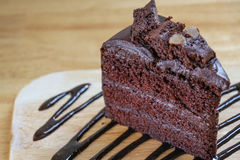 Chiuda sul pezzo di fondente di cioccolato sulla tavola di legno Fotografia Stock
