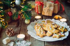 Chiuda sul piatto con i biscotti casalinghi del pan di zenzero sulla vecchia tavola di legno rustica con i contenitori di regalo, Fotografia Stock Libera da Diritti