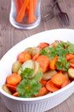 Chiuda sul piatto con le patate al forno Fotografie Stock Libere da Diritti