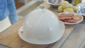 Chiuda sul piatto stupefacente con la grande copertura di vetro sul piatto superiore e interno è ghiaccio secco cucina molecolare video d archivio