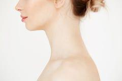 Chiuda sul profilo di bella ragazza nuda con pelle sana pulita che sorride sopra il fondo bianco Cosmetologia della stazione term fotografie stock libere da diritti