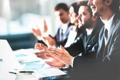 Chiuda sul punto di vista degli ascoltatori di seminario di affari che applaudono le mani Istruzione professionale, riunione del  Fotografie Stock