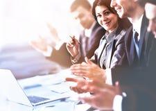 Chiuda sul punto di vista degli ascoltatori di seminario di affari che applaudono le mani Istruzione professionale, riunione del  Immagini Stock