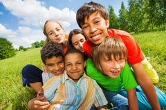 Chiuda sul punto di vista dei bambini sorridenti felici Fotografia Stock Libera da Diritti