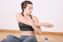 Chiuda sul punto di vista della donna che fa l'esercizio all'interno Immagine Stock