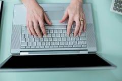 Chiuda sul punto di vista della donna di affari che per mezzo del computer portatile Immagine Stock Libera da Diritti