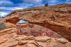 Chiuda sul punto di vista di Mesa Arch nel parco nazionale di Canyonlands Immagine Stock