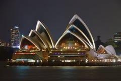 Chiuda sul punto di vista di Sydney Opera House alla notte Fotografia Stock Libera da Diritti