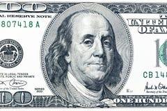 Chiuda sul punto di vista sopraelevato di Benjamin Franklin affrontano sulla fattura di dollaro americano 100 Primo piano della b Fotografia Stock Libera da Diritti