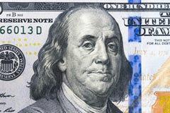 Chiuda sul punto di vista sopraelevato di Benjamin Franklin affrontano sulla fattura di dollaro americano 100 Primo piano della b Fotografie Stock