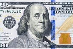 Chiuda sul punto di vista sopraelevato di Benjamin Franklin affrontano sulla fattura di dollaro americano 100 Primo piano della b Fotografie Stock Libere da Diritti