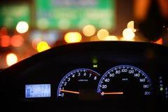 Chiuda sul quadro portastrumenti dell'automobile con luce notturna Fotografia Stock