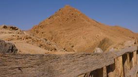 Chiuda sul recinto di legno sul fondo delle montagne di atlante in deserto del Sahara stock footage