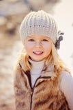 Chiuda sul ritratto all'aperto della ragazza del bello bambino che esamina la macchina fotografica Fotografie Stock Libere da Diritti