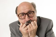 Chiuda sul ritratto capo di sguardo sorpreso e spaventato senior calvo dell'uomo di affari 60s come se errore o disastro grande n fotografie stock libere da diritti